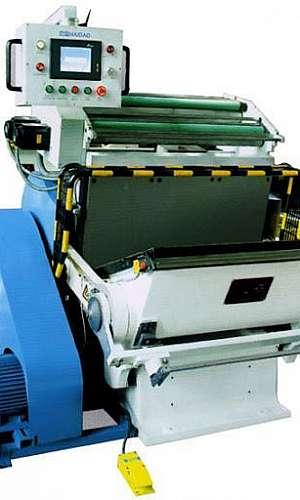 Máquina de corte e vinco automática